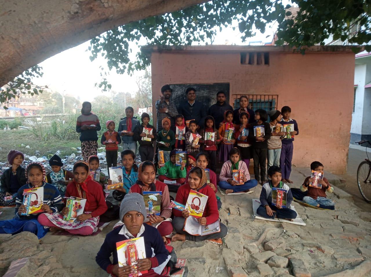 युवा क्रांति रोटी बैंक द्वारा बच्चों के बीच बांटी गई पठन-पाठन सामग्री