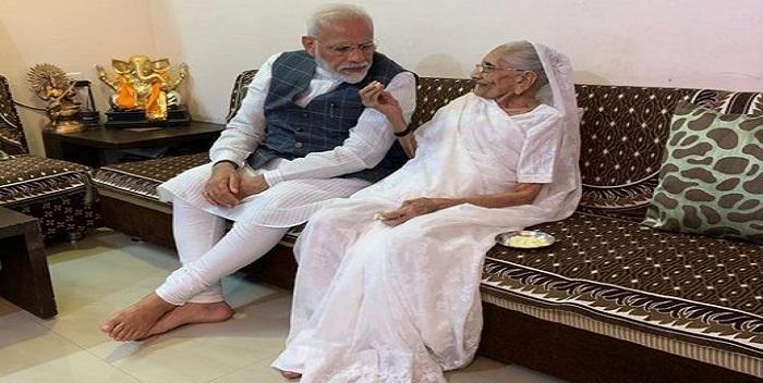 प्रधानमंत्री नरेंद्र मोदी के आह्वान पर मां हीराबेन आयी आगे