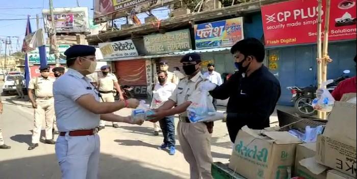 पुलिसकर्मियों के बीच मास्क, सेनेटाइजर का पुलिस अधीक्षक ने किया वितरण, धर्मेंद्र सिंह के सौजन्य से हुआ वितरण