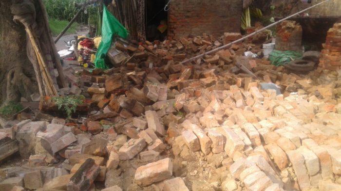 दाउदपुर में पुराना मकान धरासायी, आधा दर्जन लोग घायल