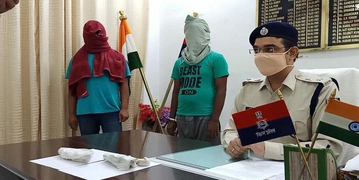 परसा में पेट्रोल पंप लूटने की योजना बना रहे दो कुख्यात अपराधी गिरफ्तार