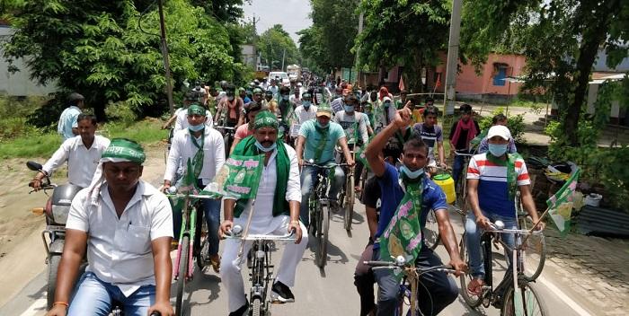 सोनपुर में राजद नेता रमेश राय के नेतृत्व में निकली मेगा साइकिल रैली