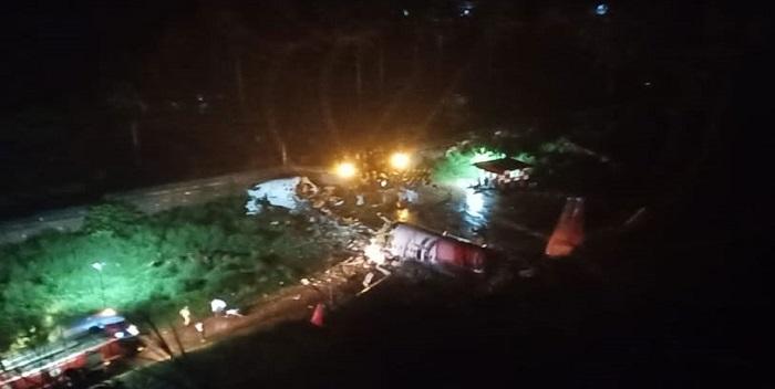केरल: कोझिकोड एयरपोर्ट पर रनवे से फिसला एअर इंडिया का विमान, दो हिस्सों में टूटा