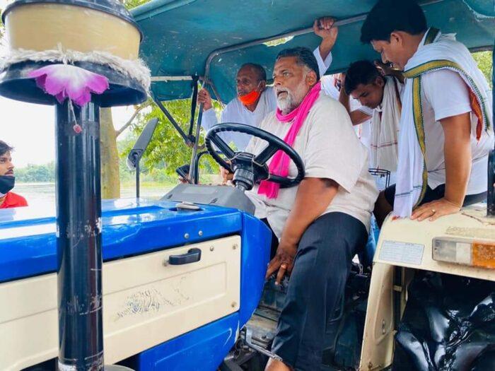 सारण में बाढ़ पीड़ितों की मदद करने पहुँच गए पप्पू यादव, CM नीतीश पर कसा तंज