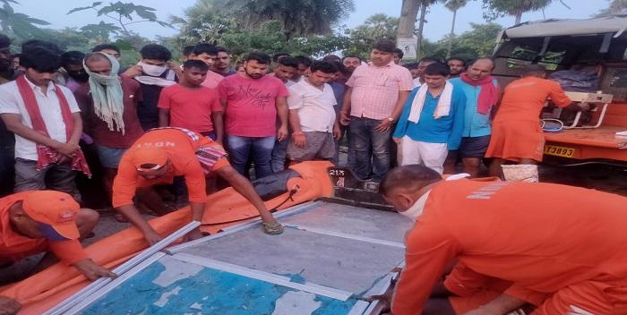 बाढ़ में डूबे युवक की खोज कर रही है NDRF की टीम