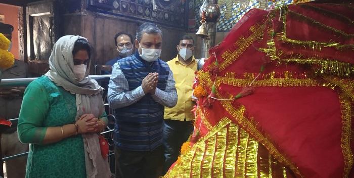 मुख्यमंत्री के प्रधान सचिव ने परिवार के साथ की आमी मंदिर में पूजा