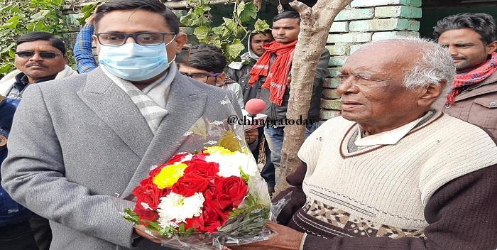 पद्मश्री रामचंद मांझी के घर पहुंचे जिलाधिकारी, किया सम्मानित