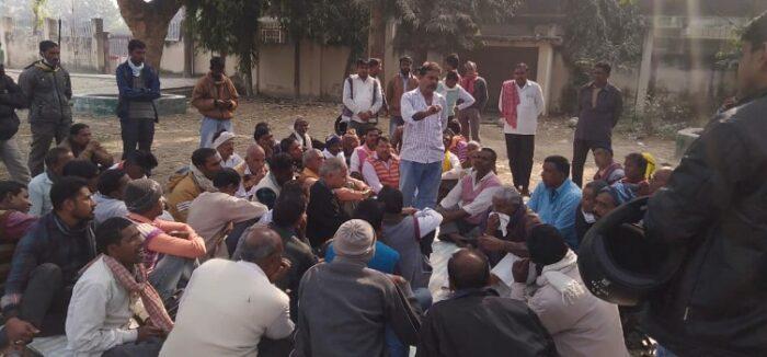 समायोजन की मांग को लेकर सड़क पर उतरे कालाजार डीडीटी कर्मचारी