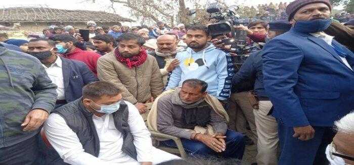 रूपेश सिंह के पिता से मिले तेजस्वी यादव, सरकार पर किया प्रहार