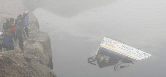 छपरा: गण्डार पुल के समीप रेलिंग तोड़ पानी मे गिरा तेल टैंकर