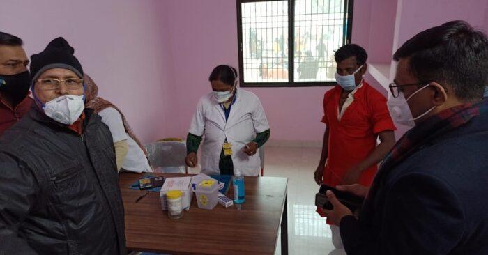 जिले में कोविड-19 टीकाकरण महाअभियान की हुई शुरुआत, जिलाधिकारी ने किया शुभारंभ