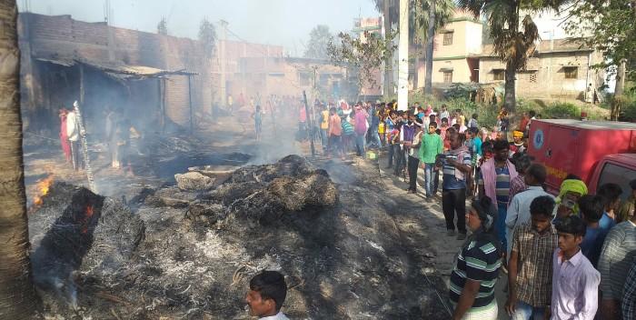छपरा: शार्ट सर्किट से लगी भीषण आग, दो दर्जन से अधिक झोपड़ीनुमा घर जलकर राख