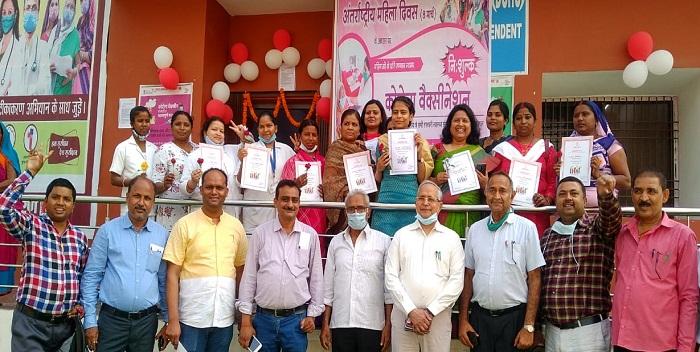 महिला दिवस: जिले में बने 41 केन्द्रों पर बुजुर्ग महिलाओं की दी गयी वैक्सीन, ऑन द स्पॉट ऑनलाइन हुआ पंजीकरण