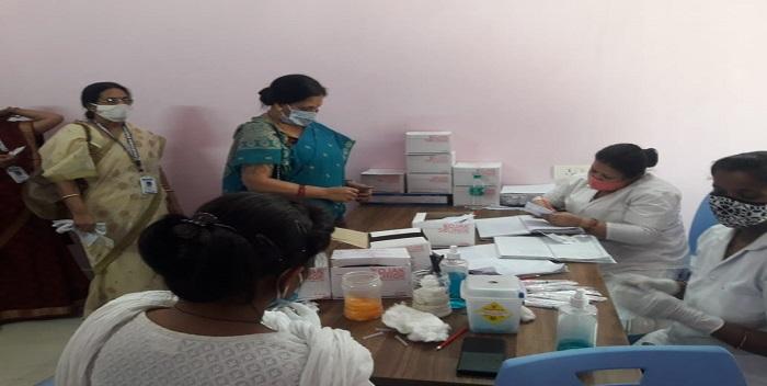 BKKG: प्राचार्या के निर्देशन में शिक्षकों तथा कर्मचारियों को लगा टीका