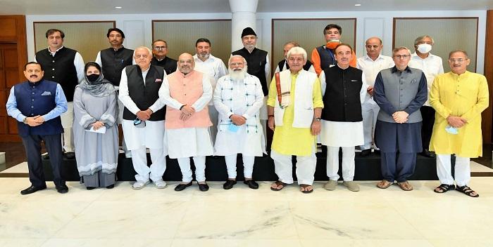 प्रधानमंत्री और जम्मू-कश्मीर के नेताओं के बीच खुशनुमा माहौल में हुई सार्थक बैठक