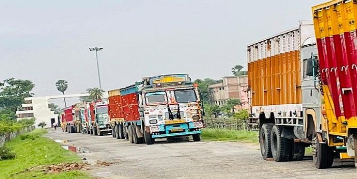 JPU परिसर में खड़े बालू लदे ट्रकों को हटवाने का जिलाधिकारी ने दिया आदेश